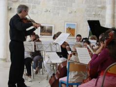 L' Orchestre à cordes des Ateliers Musicaux Nicolas Verdon, en concert le Samedi 21 Juin 2008, au l'Espace Jeunes de Loudun dans la Vienne (86), à 55 km de Poitiers, 25 km de Chinon, 25 km de Thouars, 45 de Saumur, 50 km de Chatellerault.
